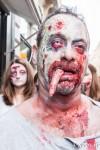 Un reste de repas coincé entre les dents de ce zombie, à la parade des zombies 2014 de Toulouse