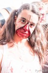 En ouvrant la fermeture éclaire on découvre un zombie lors de la parade des zombies à Toulouse