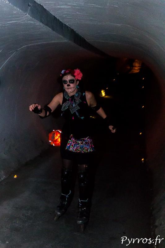 Roulez rose passe dans un tunnel pour la randonnée la plus effrayante de l'année