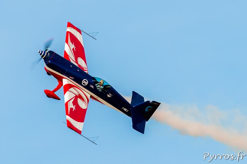 Capitaine Alexandre Orlowski pilote l'Extra 330 de l'equipe de voltige de l'armée de l'air dans le ciel de Francazal