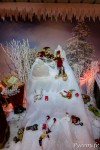 Pour se détendre les lutins du Père Noël jouent dans la neige