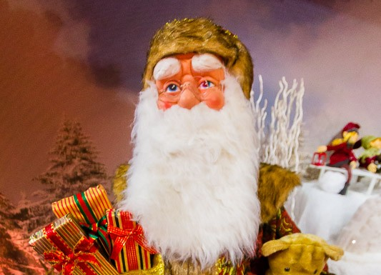 Le Père Noël prépare les cadeaux qu'il portera aux enfants
