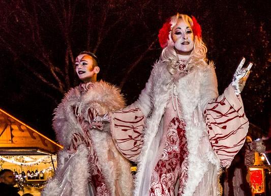 """Parade """"Féérie de Noël"""" par la compagnie Les Nuits Blanches, défilé en échasses"""