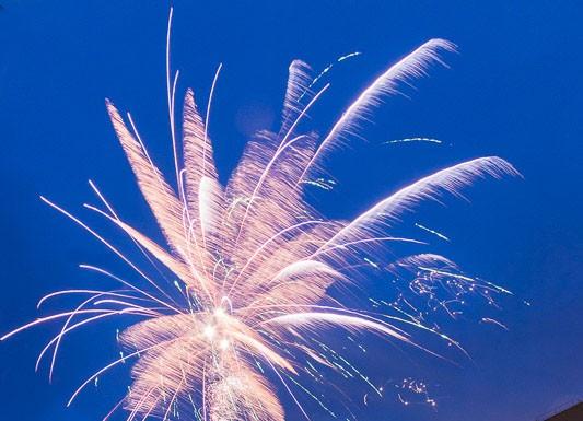 Les premières fusées embrasent le ciel sous le regard des passants et des chauffeurs de taxis