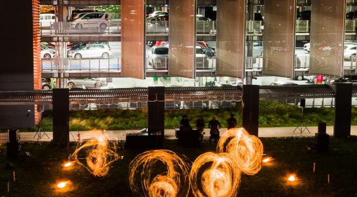 Démonstration de bolas enflammées devant le hall D de l'aéroport de Toulouse Blagnac