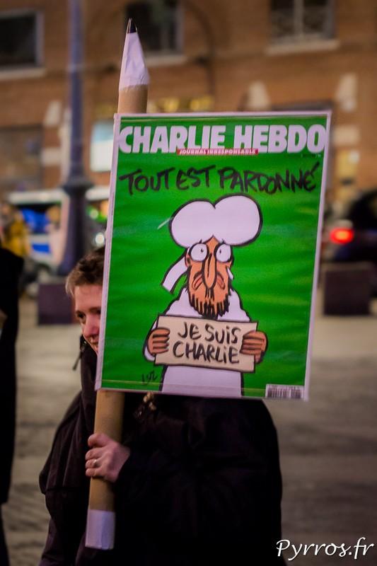 Accroché à un crayon géant la une de Charlie Hebdo est affichée en grand sur la place du Capitole