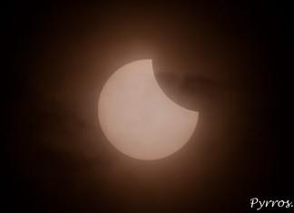 La lune commence à occulter le soleil