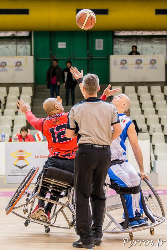 Manuel VAISIOA (12) du TIC lors de la mise en jeu tente de prendre le ballon face à Ian SAGAR (12) de Briantea84 (Italie)