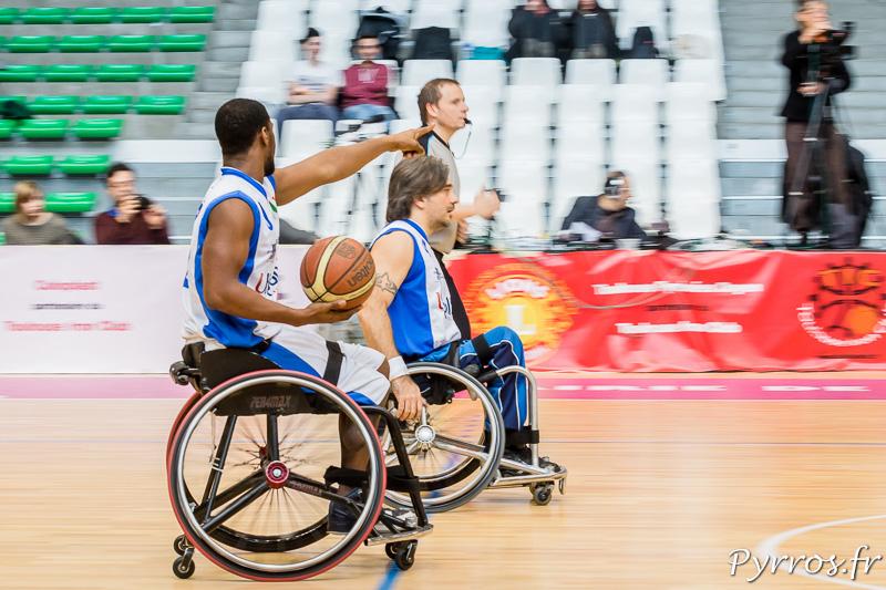Brian BELL (9) de Briantea84 (Italie) oriente le jeu et le placement de ses coéquipiers