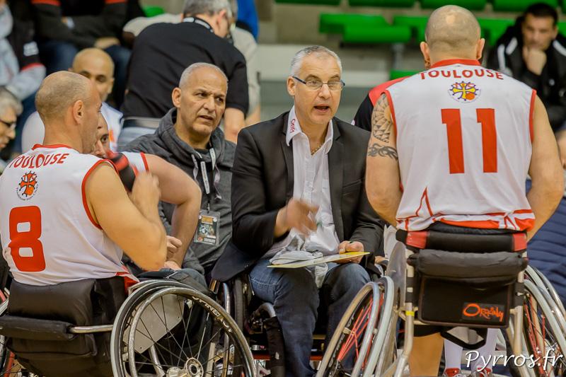 Jean Louis GRANZOTTO (coach) du TIC donne des consignes à ses joueurs