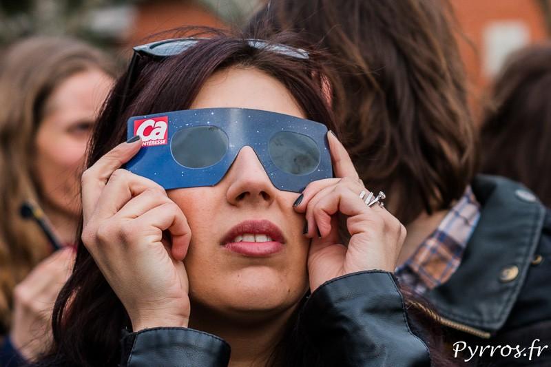 Observation de l'éclipse du 20 Mars 2015 avec des lunettes de protections distribuées dans un magazine