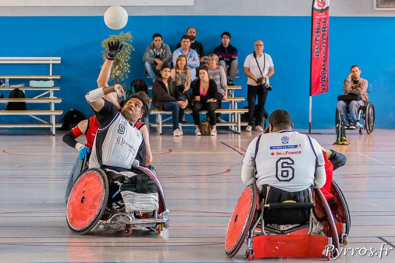 Christophe SALEGUI (11) de STRH dévie le ballon vers se coéquipiers lors de l'engagement face à Ryad SALEM (9) de CAPSAAA