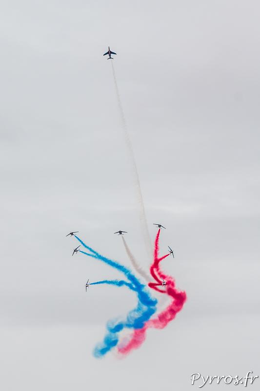 La Patrouille de France est très fortement applaudi pour l'éclatement finale