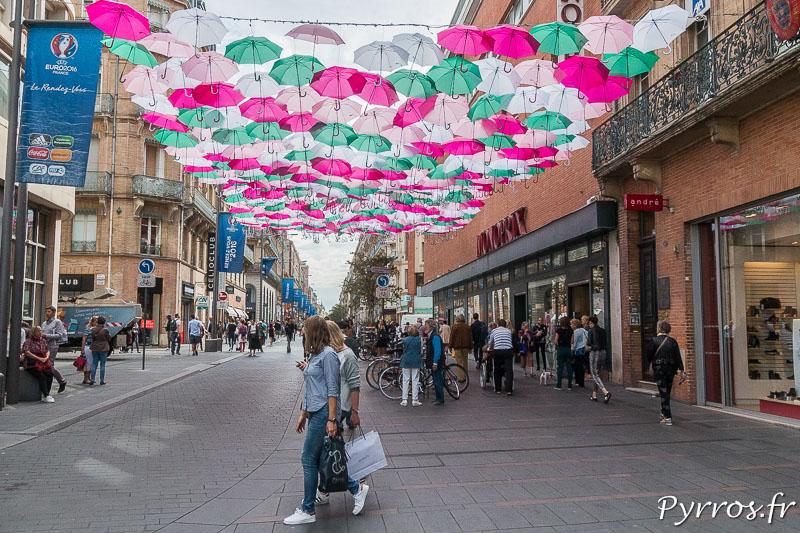 Umbrella Sky, les parapluies de SEXTAFEIRA sont installés dans l'artère commerçante de Toulouse