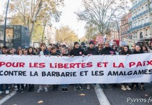 """Banderole """"pour les libertés et la paix, contre la barbarie et les amagalmes"""""""