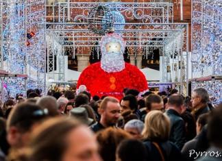 Les Père Noël domine la foule du Marché de Noël de Toulouse