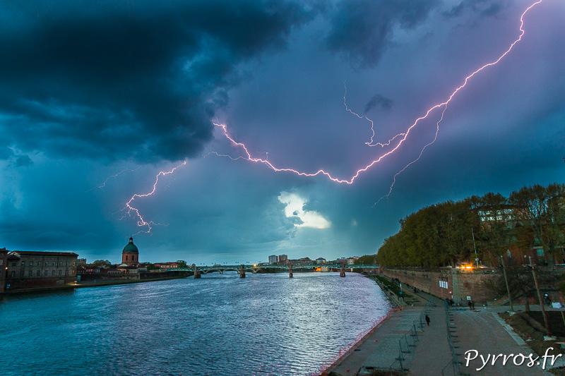 Un impact de foudre zèbre le ciel avant de frapper à 30km de Toulouse
