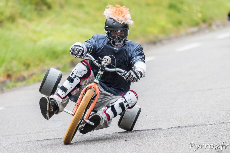 Un drift trikes prend le virage en équilibre sur une roue