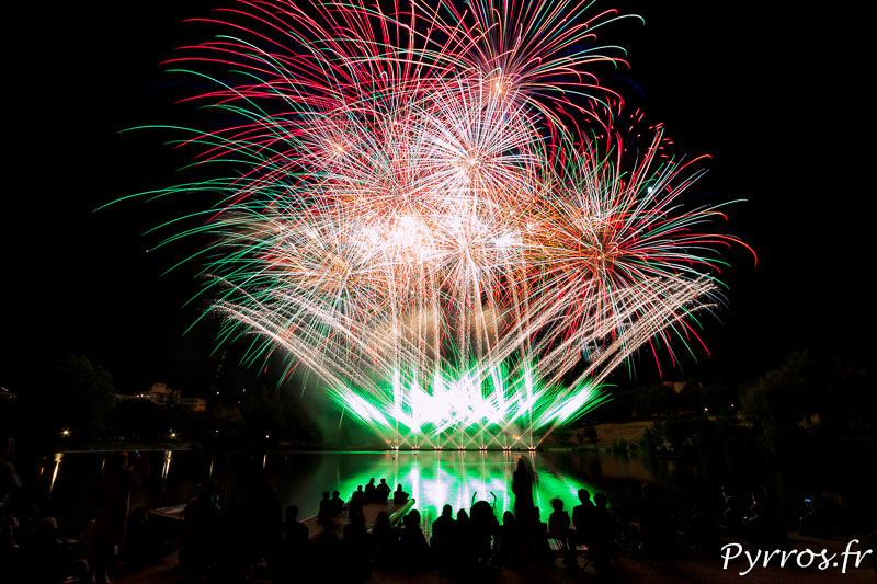 Bouquet final du feu d'artifice tiré devant de nombreux spectateurs toulousains venus au lac de la Reynerie à Toulouse