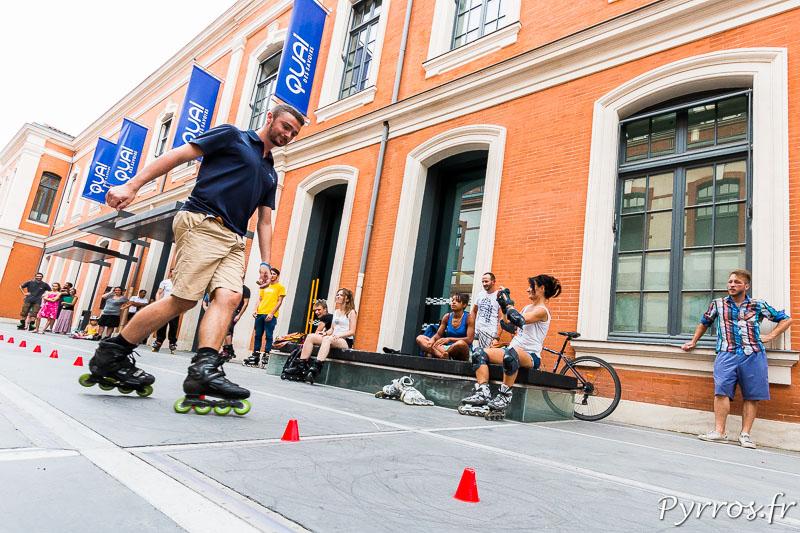 Sur la place du Capitole les patineurs attendent le départ de la randonnée roller