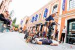 Démonstration de saut, pour plus de frisson des volontaires servent d'obstacles