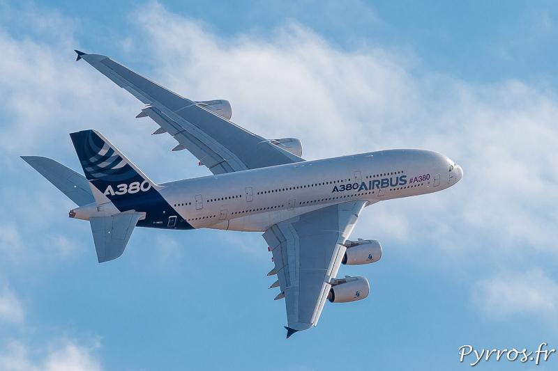 L'A380 effectue un virage à droite à faible vitesse