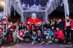 Les patineurs posent avec les Père Noël géant de la place du Capitole