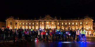 La place du Capitole brille avec les patineurs de Roulez Rose lors de la Randonnée Lumières