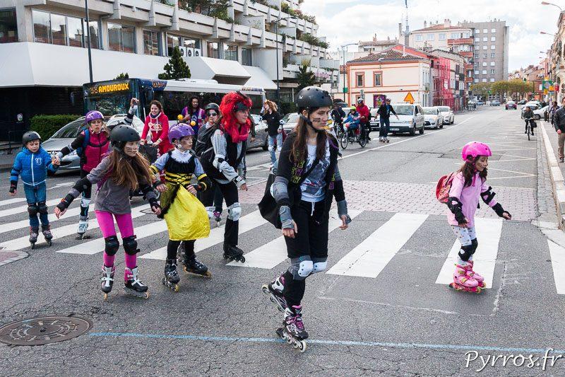Le cortège défile sur les large artères du centre ville lors du Carnaval en roller
