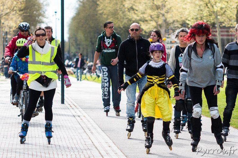 Maya l'abeille participe à la randonnée Carnaval de Roulez Rose
