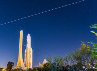 La Station Spatiale Internationale passe au dessus de la maquette de la Fusée Ariane 5 de la Cité de l'Espace