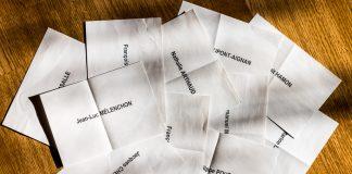 Les bulletins de votes pour le premier tour des elections présidentielles en faveurs de chaque candidatsLes bulletins de votes pour le premier tour des elections présidentielles en faveurs de chaque candidats
