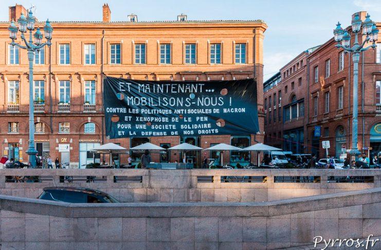 Dès les résultats du second des élections présidentielles annoncés, une banderole est accrochée devant l'entrée du parking du Capitole. Elle appelle les toulousains à se mobiliser pour une société plus solidaire