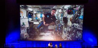Thomas Pesquet en impesanteur dans l'ISS fait face aux visiteurs de la Cité de l'Espace