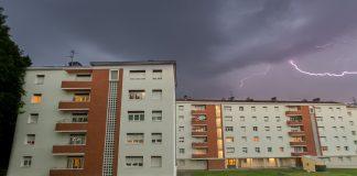 Un impact de foudre illumine le ciel de Toulouse au dessus des immeubles de mon quartier