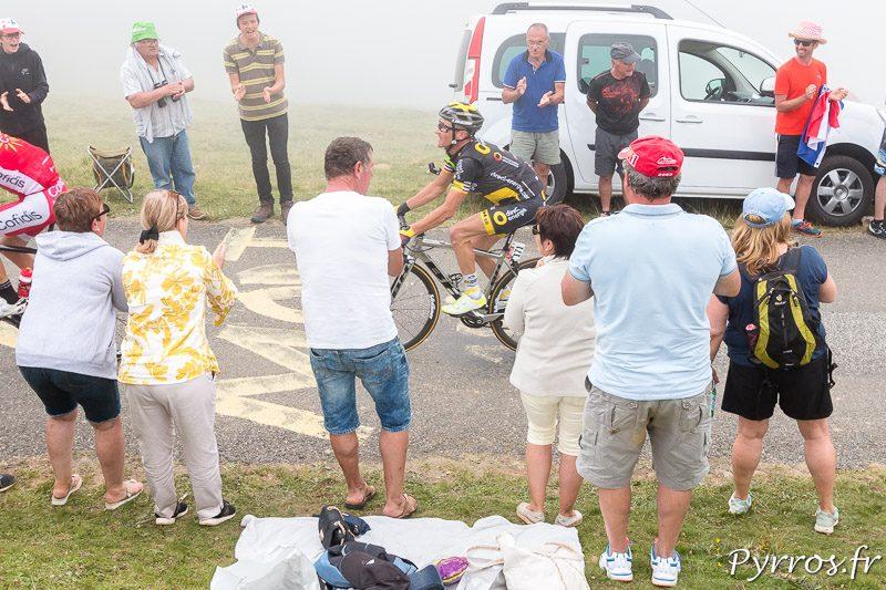Thomas Voeckler est à la traine dans le Balès qu'il avait passé en tete en 2010. Il est soutenu par le public alors qu'il doit prendre sa retraite sportive à la fin du Tour de France