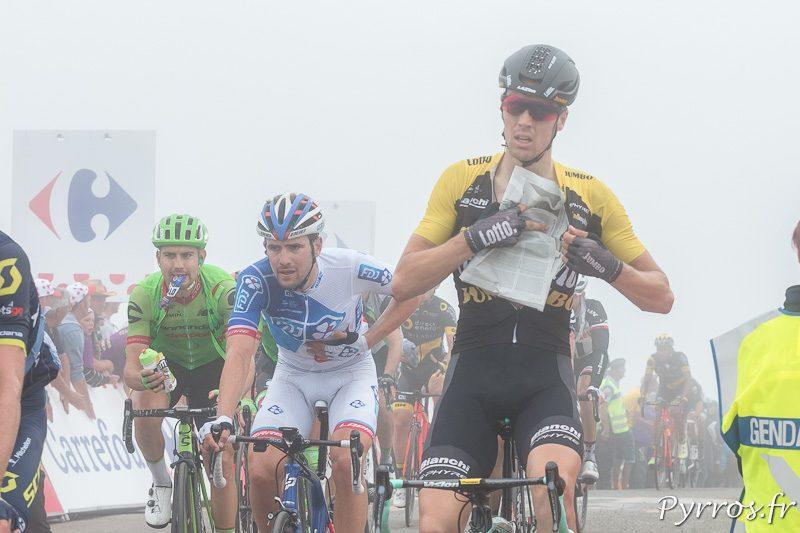 Un coureur glisse du papier journal sous son maillot pour ne pas prendre forid