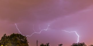 La foudre sort de la pluie pour frapper Toulouse