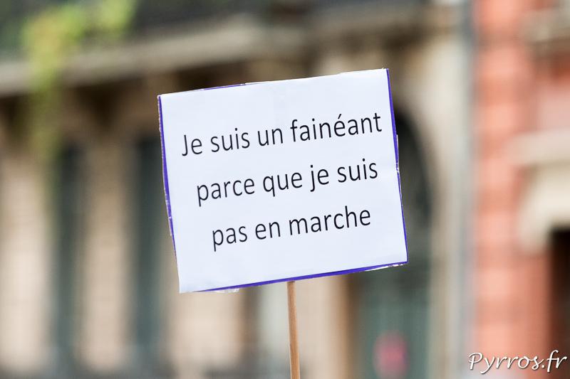 Les pancartes reprennent le vocabulaire de Macron