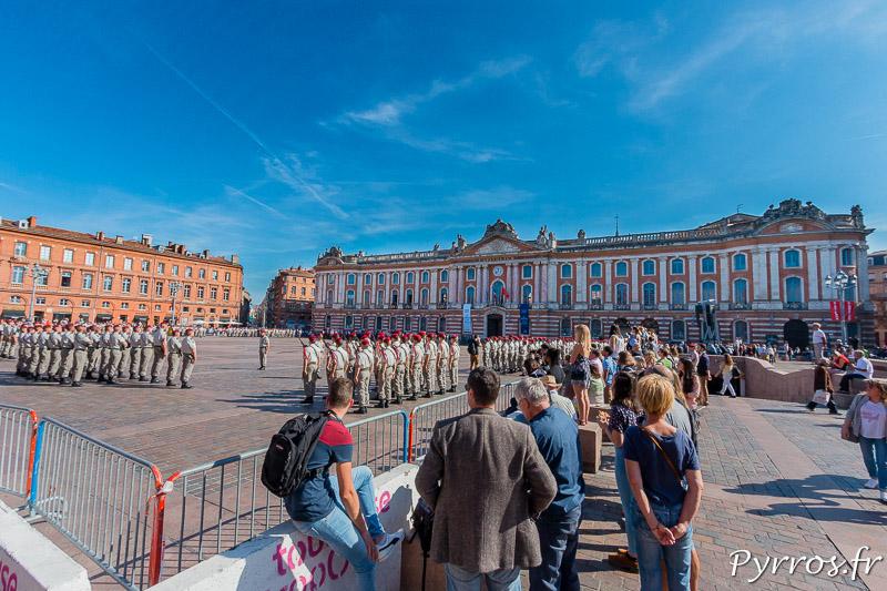 Les toulousains observent les parachutistes lors de la cérémonie de la SaintMichel à Toulouse