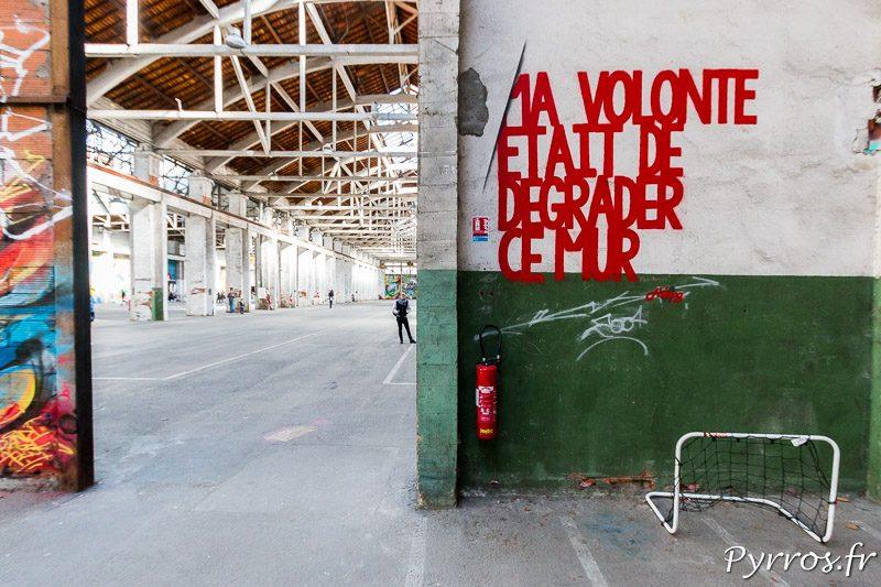 Tous les mur de l'ancien hangar ont été peints