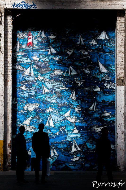 Les visiteurs observent un enchevêtrement de bateaux