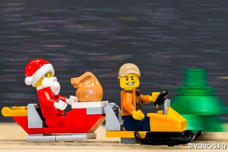Le Père Noël arrive les bras chargés de cadeaux
