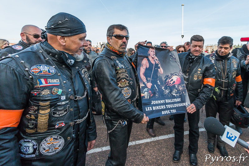 Les bikers rendent un dernier hommage à Johnny Hallyday devant le Zénith de Toulouse