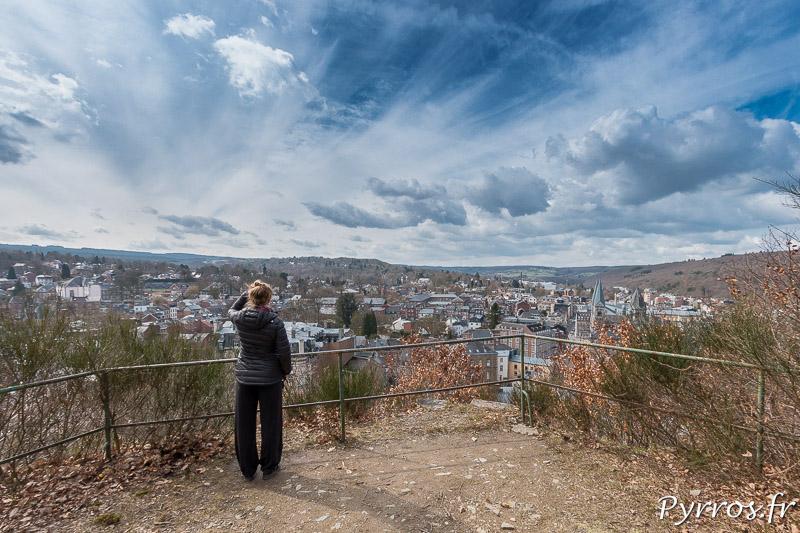 Un promontoire permet aux marcheurs d'observer la ville de Spa