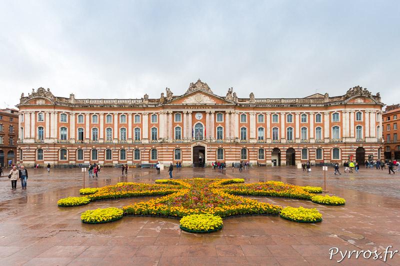 La croix occitane de la place du Capitole recouverte de fleurs par les jardiniers de la ville