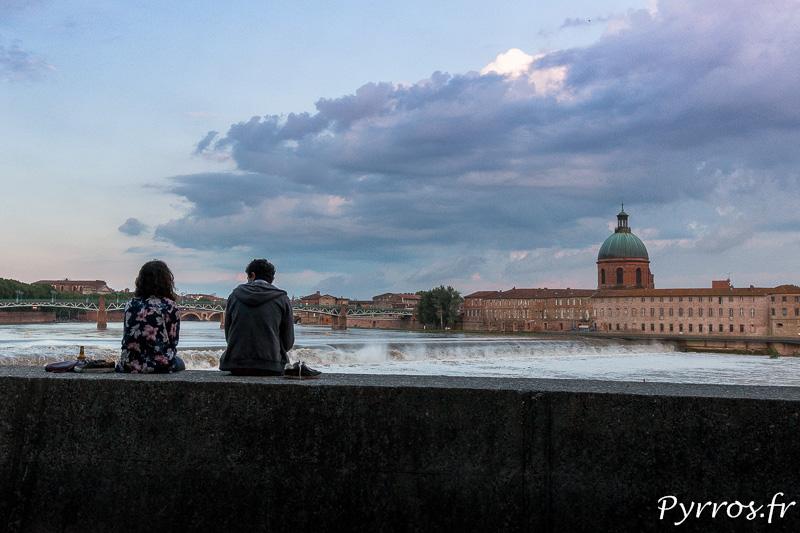 Des toulousains observent la Garonne face à La Grave
