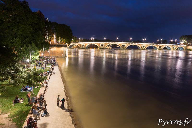 Quelques Toulousains résistent face à la montée de la Garonne sur le Quai de la Daurade