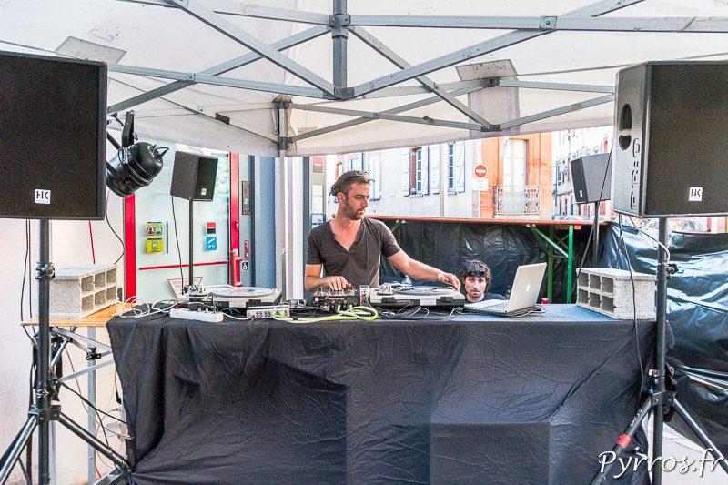 Un DJ ambiance un devant de bar pour la fete de la musique 2018 à Toulouse