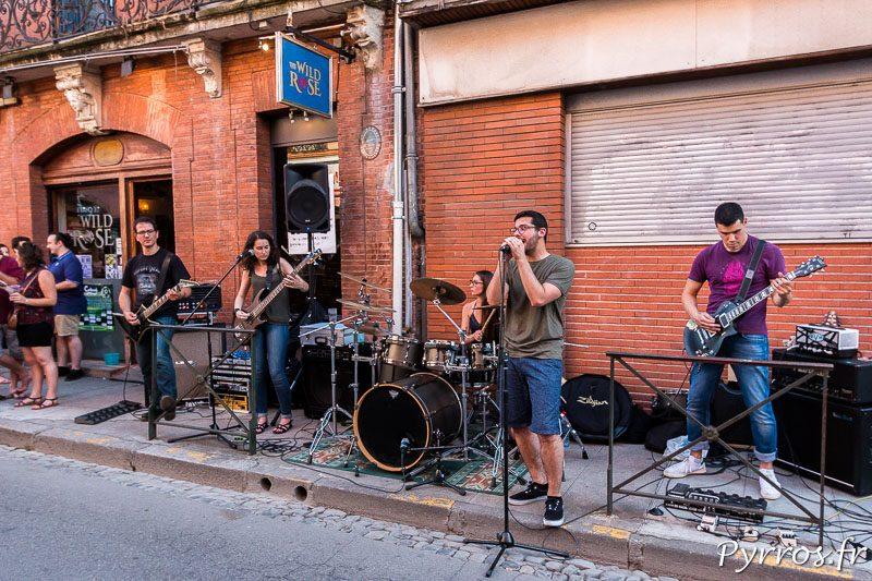 Un groupe de Rock joue une reprise de Metallica entre 2 compositions personnelles.